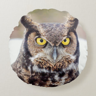 Great horned owl portrait round pillow