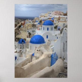 Grecia, Santorini. Campanario y bóvedas azules de  Posters