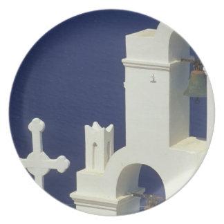Grecia, Santorini. Vista de una iglesia griega y Platos