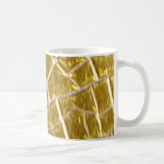 Grietas de piedra del oro taza clásica
