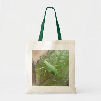 Grillo verde en una bolsa de asas de la hoja