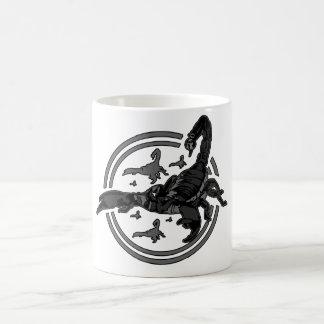 GRIS 2 del escorpión Taza Básica Blanca