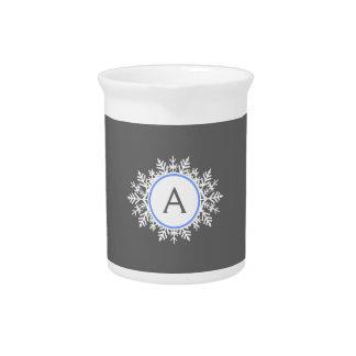 Gris azul brillante blanco adornado del monograma  jarras para bebida