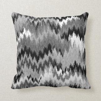 Gris blanco negro dentado de Chevron Ikat el | Cojín Decorativo