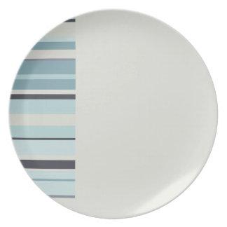 Gris claro con colores rayados de los azules del plato de cena