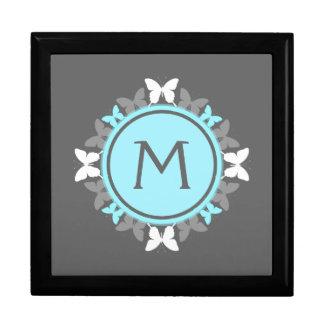 Gris de azules claros blanco del monograma de la caja de recuerdo