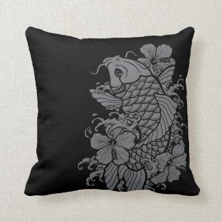 Gris de los pescados de Koi en negro Cojín Decorativo