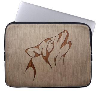 Grito del lobo grabado en el diseño de madera funda ordendadores