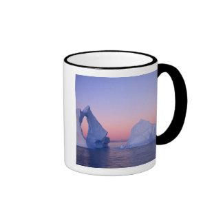 Groenlandia iceberg en la puesta del sol tazas de café