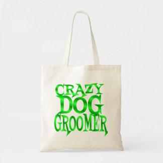 Groomer loco del perro en verde bolsa