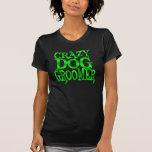 Groomer loco del perro en verde camisetas
