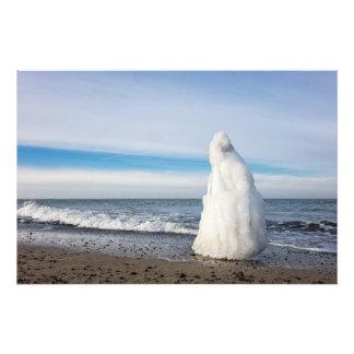 Groyne congelado en invierno en la orilla del mar arte fotográfico