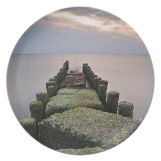 Groynes en la orilla del mar Báltico Platos