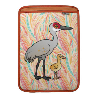 Grúa de Sandhill con el polluelo Funda MacBook