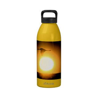 Grúa de Sandhill sobre la botella de consumición d Botallas De Agua