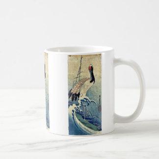 Grúa en ondas por Ando, Hiroshige Uiyoe. Taza Básica Blanca
