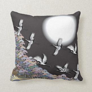 Grúas, luna y pinos almohada