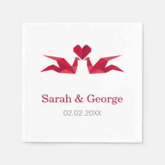 grúas rojas del origami que casan servilletas servilletas de papel