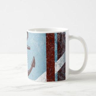 Grunge azul rojo del ancla náutica retra apenado taza clásica