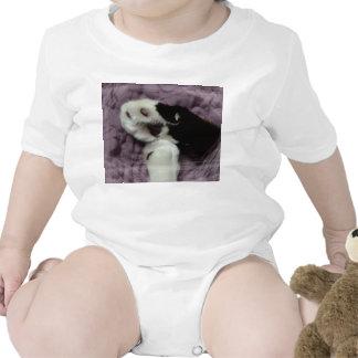 grunge blanco de la parte posterior de la púrpura traje de bebé