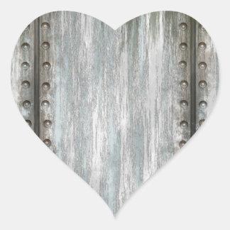 Grunge clavado gastado del metal texturizado pegatina en forma de corazón
