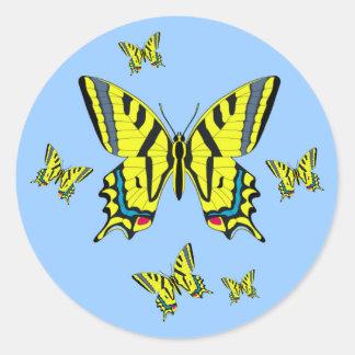 Grupo amarillo de la mariposa de Swallowtail en Pegatina Redonda
