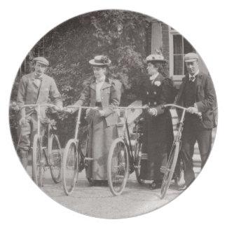 Grupo de bicyclists de Edwardian, 1900s tempranos  Plato De Cena