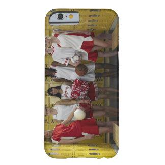 Grupo de los adolescentes (15-17) que se colocan funda barely there iPhone 6
