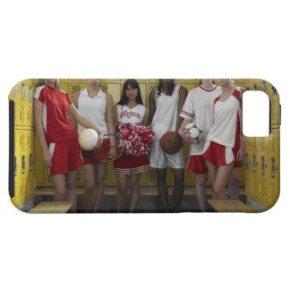Grupo de los adolescentes (15-17) que se colocan funda para iPhone SE/5/5s