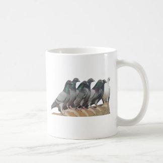Grupo de palomas mensajeras taza