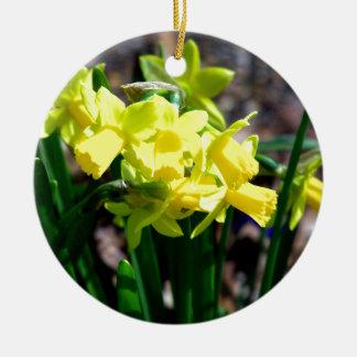 Grupo de pequeños narcisos amarillos adorno navideño redondo de cerámica