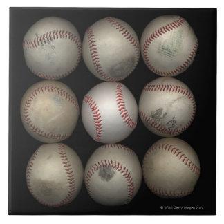 Grupo de viejos béisboles en fondo negro azulejo cuadrado grande