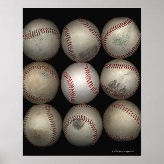 Grupo de viejos béisboles en fondo negro póster