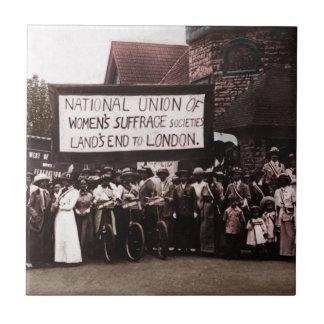 Grupo del sufragio de las mujeres con la bandera tejas  ceramicas