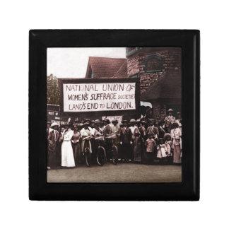 Grupo del sufragio de las mujeres con la bandera cajas de regalo