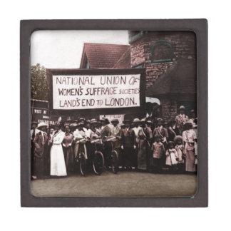 Grupo del sufragio de las mujeres con la bandera caja de joyas de calidad