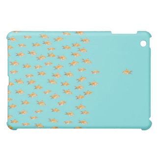 Grupo grande de goldfish que hace frente a un gold