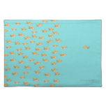 Grupo grande de goldfish que hace frente a un gold manteles
