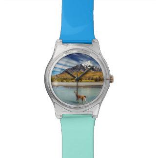 Guanaco que cruza el río en Torres del Paine Relojes De Mano