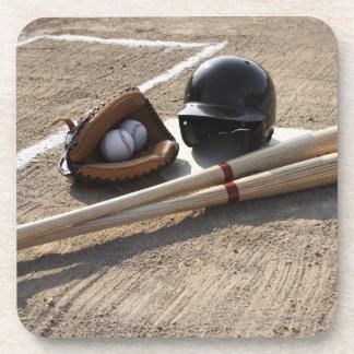 Guante de béisbol, bolas, palos y casco del posavaso