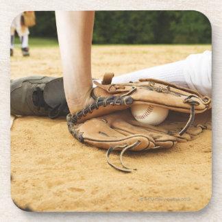 Guante del jugador de béisbol que marca el posavasos de bebida