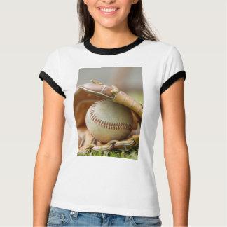Guante y bola de béisbol playera