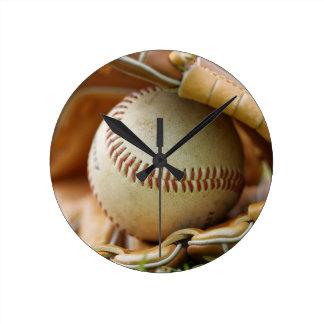 Guante y bola de béisbol reloj redondo mediano