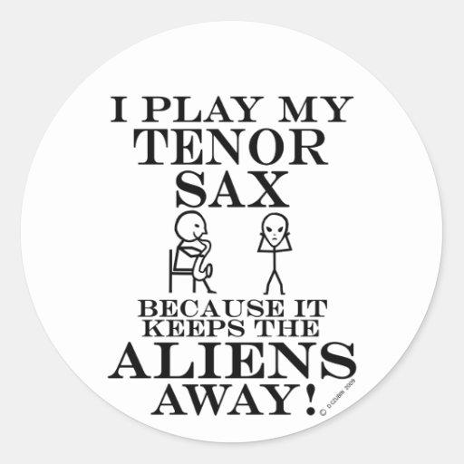 Guarda el saxo tenor ausente de los extranjeros pegatina redonda