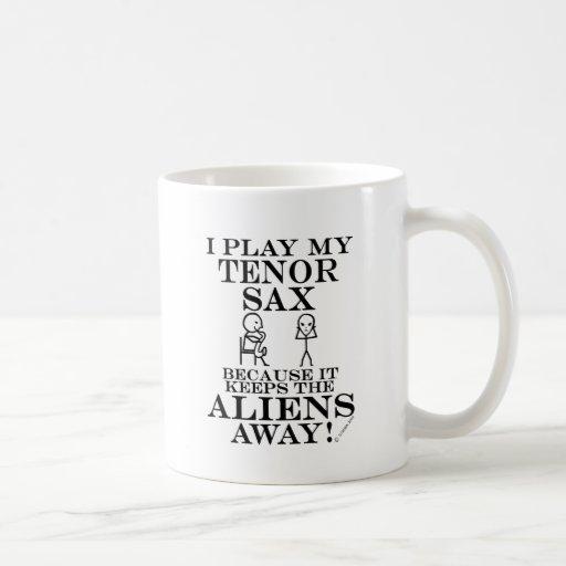 Guarda el saxo tenor ausente de los extranjeros taza de café