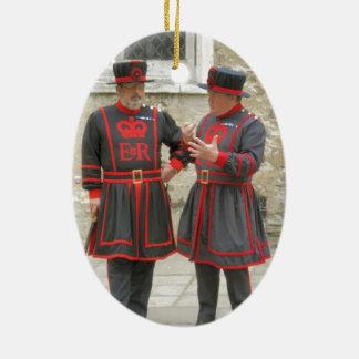 Guardas del terrateniente, o alabarderos de adorno navideño ovalado de cerámica