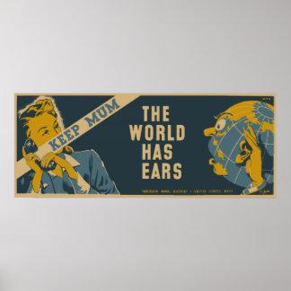 Guarde a la momia que el mundo tiene oídos posters