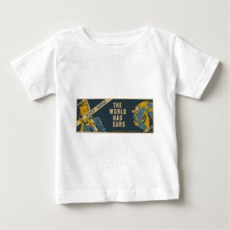 Guarde a la momia que el mundo tiene oídos playera de bebé