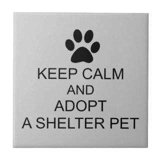 Guarde al mascota tranquilo del refugio azulejo cuadrado pequeño