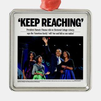 Guarde el alcanzar: Ornamento del navidad de Obama Adorno Cuadrado Plateado